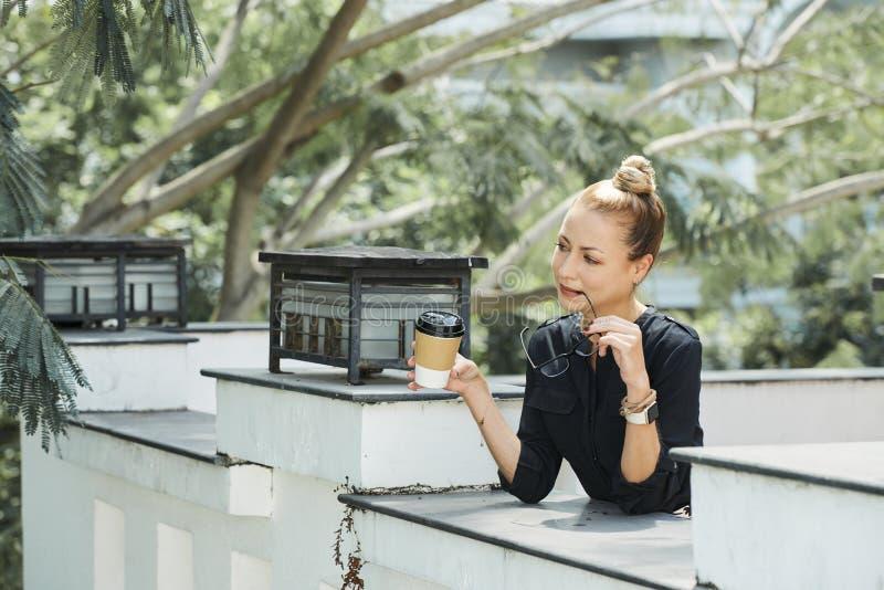 Mulher de negócios no café exterior foto de stock