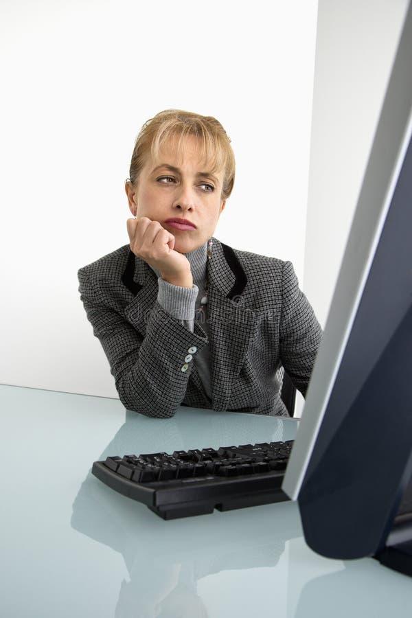 Mulher de negócios no computador. imagem de stock royalty free