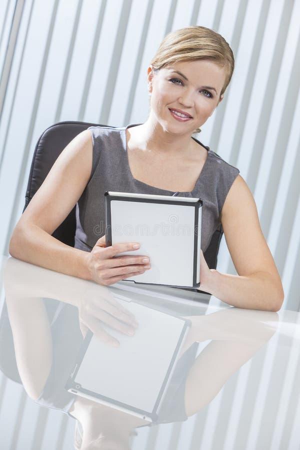 Mulher de negócios no computador da tabuleta no escritório imagem de stock