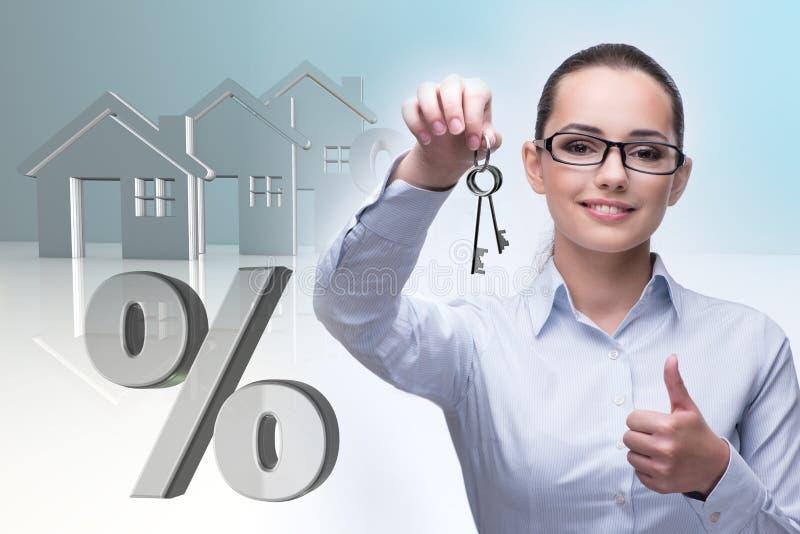 A mulher de negócios no conceito da hipoteca de bens imobiliários foto de stock