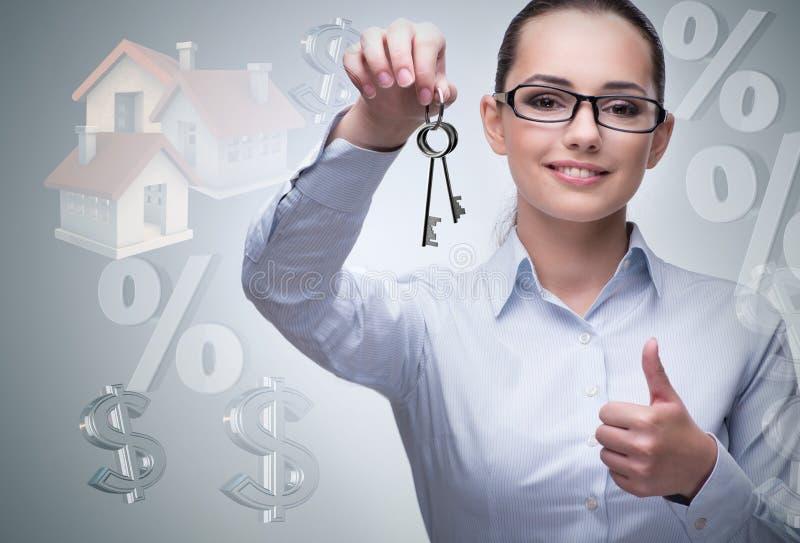 A mulher de negócios no conceito da hipoteca de bens imobiliários imagens de stock royalty free