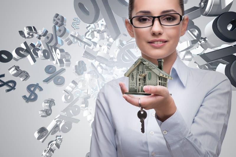 A mulher de negócios no conceito da hipoteca de bens imobiliários fotos de stock