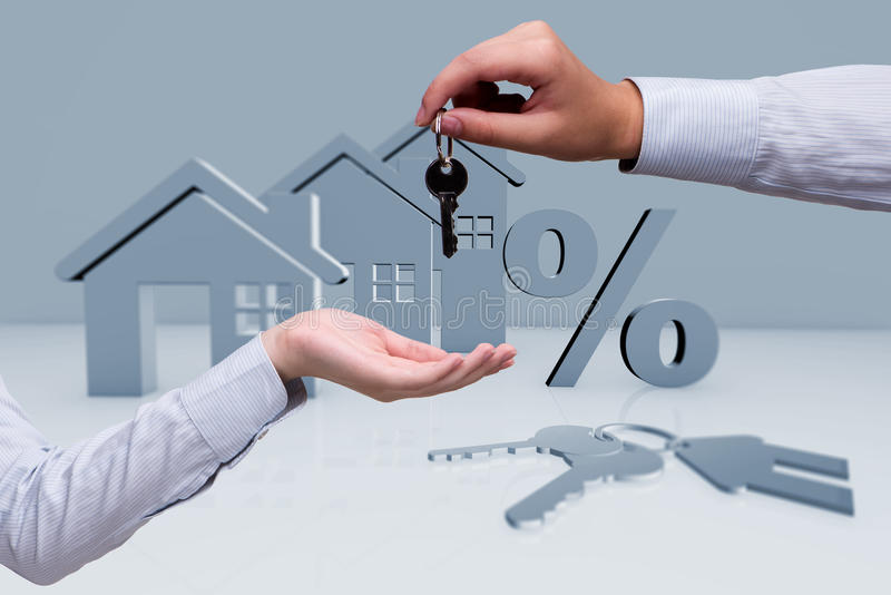 A mulher de negócios no conceito da hipoteca de bens imobiliários imagem de stock royalty free