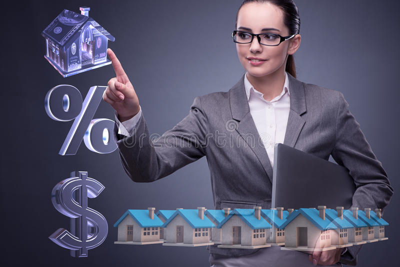 A mulher de negócios no conceito da hipoteca do alojamento imagens de stock