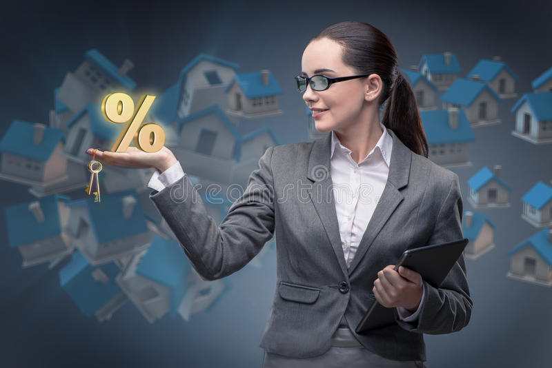 A mulher de negócios no conceito da hipoteca do alojamento fotos de stock royalty free
