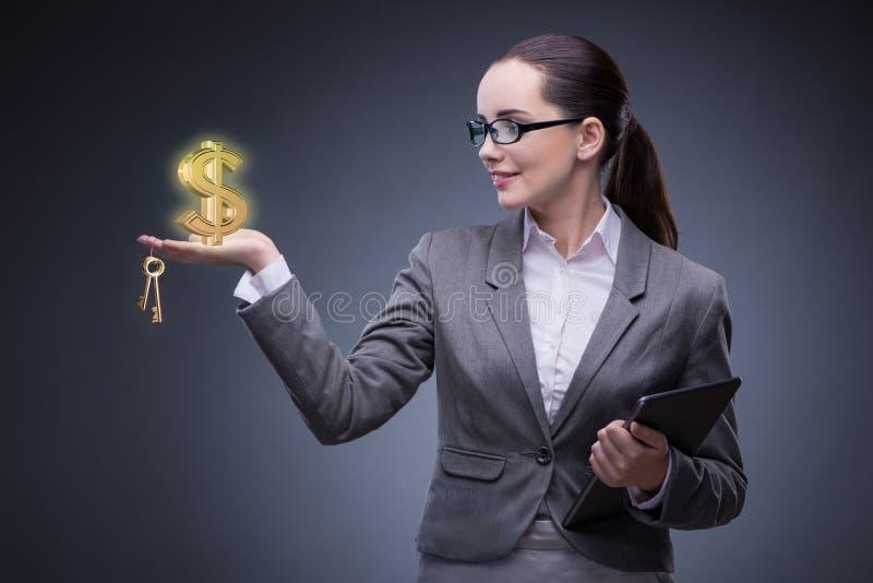 A mulher de negócios no conceito da hipoteca do alojamento foto de stock