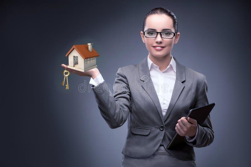 A mulher de negócios no conceito da hipoteca do alojamento fotografia de stock royalty free