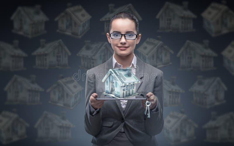 A mulher de negócios no conceito da hipoteca do alojamento fotos de stock