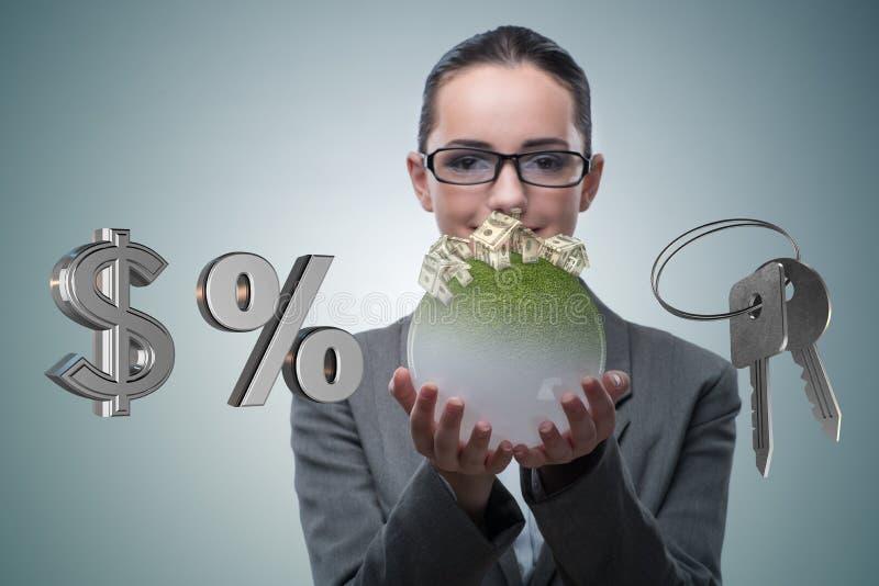 A mulher de negócios no conceito da hipoteca do alojamento imagens de stock royalty free