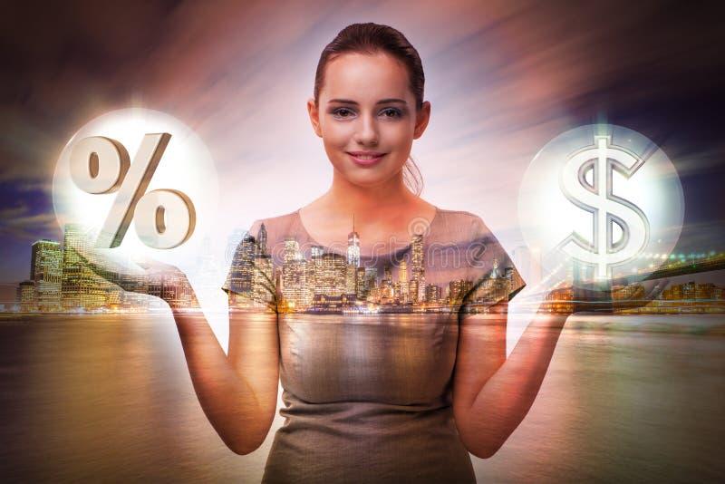 A mulher de negócios no conceito das taxas de juro altas imagens de stock