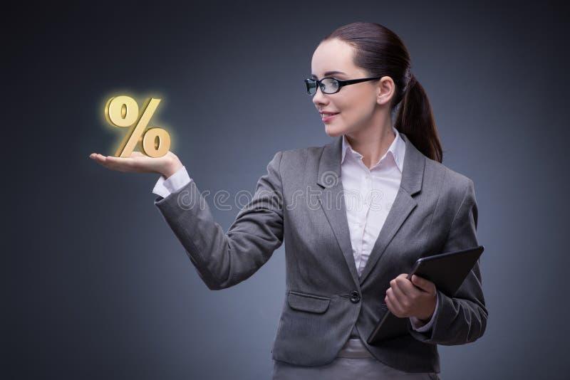 A mulher de negócios no conceito das taxas de juro altas fotografia de stock royalty free