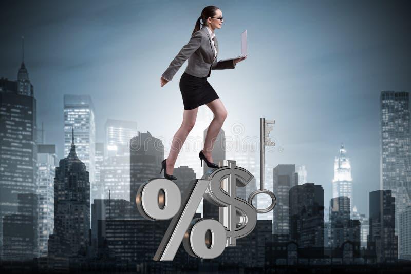 A mulher de negócios no conceito das taxas de juro altas foto de stock royalty free