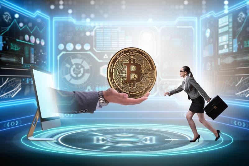 A mulher de negócios no conceito do aumento de preços do bitcoin foto de stock