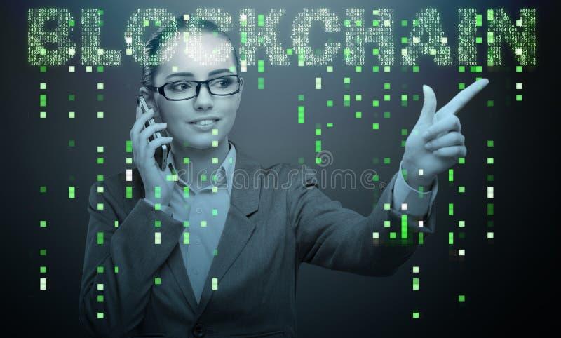 A mulher de negócios no conceito do cryptocurrency do blockchain fotografia de stock