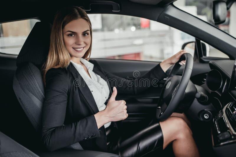 Mulher de negócios no concessionário automóvel foto de stock