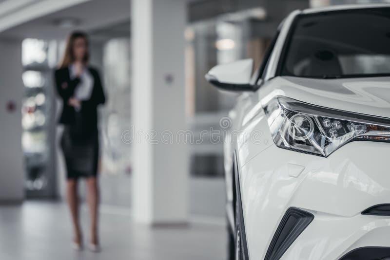 Mulher de negócios no concessionário automóvel imagens de stock royalty free