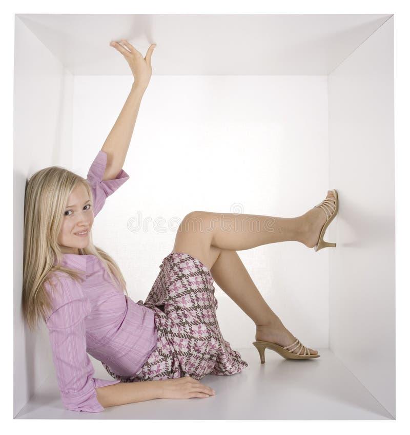 Mulher de negócios no cubo branco imagem de stock