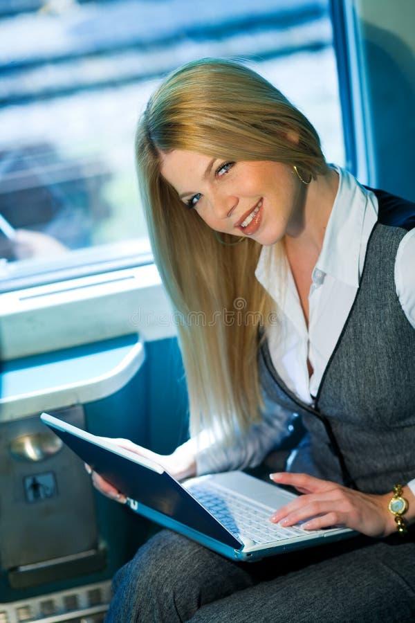 Mulher de negócios no cupé do trem foto de stock