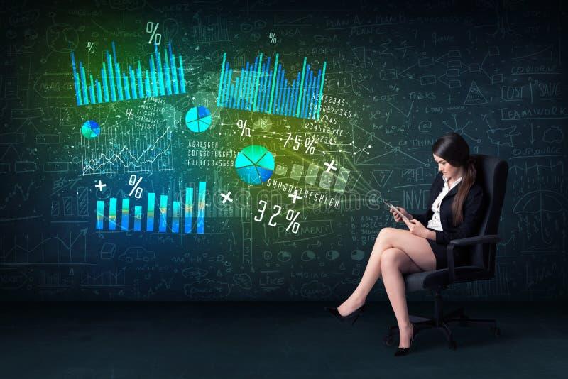 Mulher de negócios no escritório com tabuleta à disposição e alto - gráfico da tecnologia imagem de stock