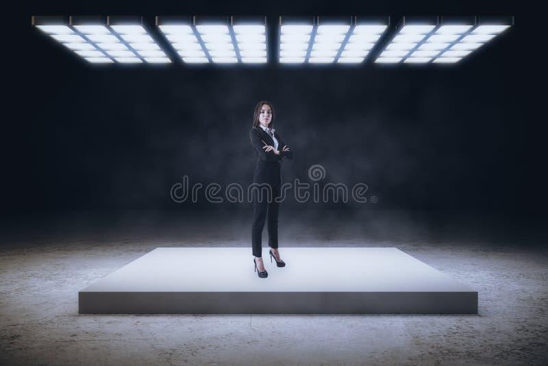 Mulher de negócios no interior abstrato fotografia de stock