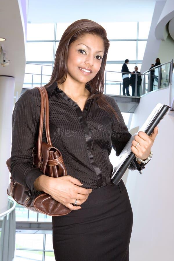 Mulher de negócios no interior corporativo moderno fotos de stock royalty free