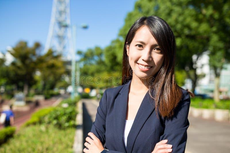 Mulher de negócios no parque imagens de stock royalty free
