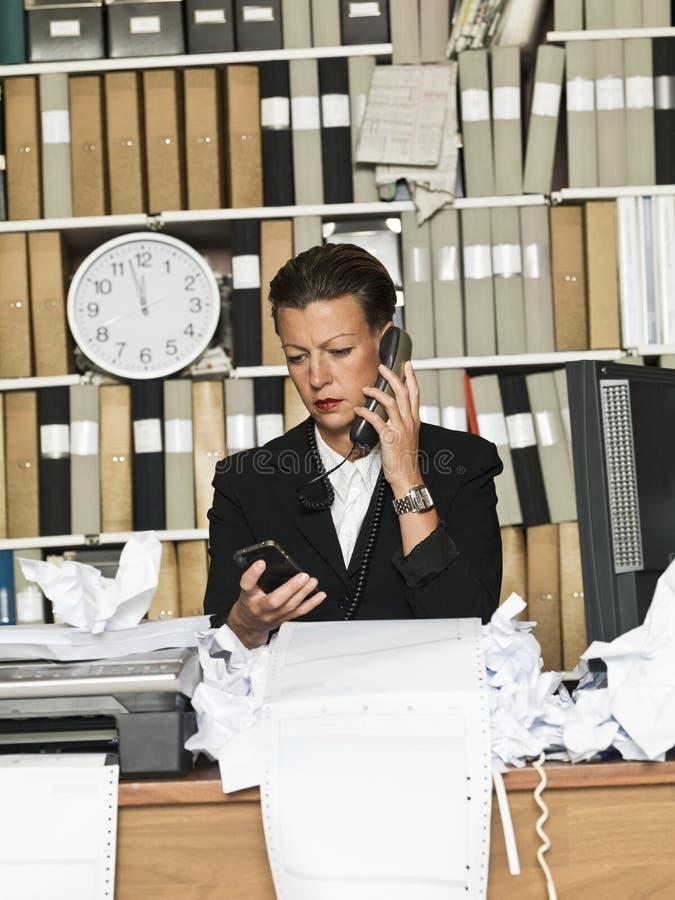 Mulher de negócios no telefone imagem de stock royalty free