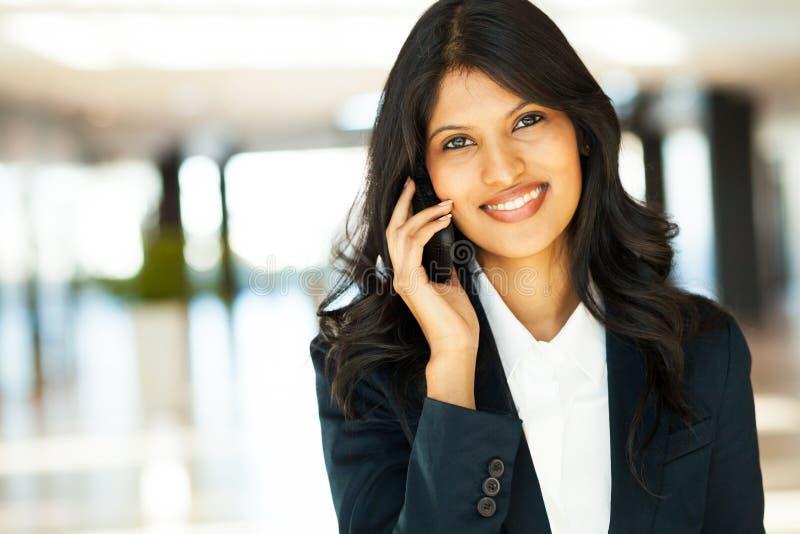 Mulher de negócios no telefone de pilha imagem de stock royalty free