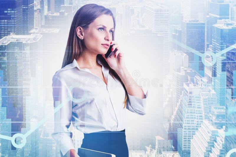Mulher de negócios no telefone na cidade, gráfico foto de stock royalty free