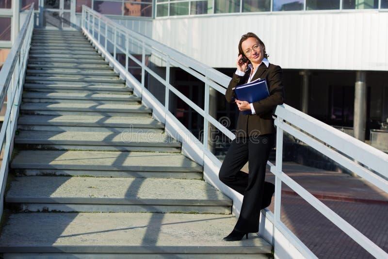 Download Mulher De Negócios No Telefone No Aeroporto. Foto de Stock - Imagem de dobrador, móvel: 12810172