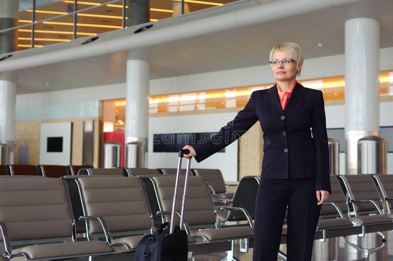 Mulher de negócios no terno preto com bagagem imagem de stock royalty free