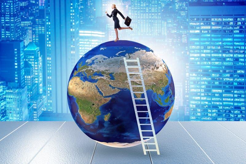 Mulher de negócios no topo do mundo foto de stock royalty free