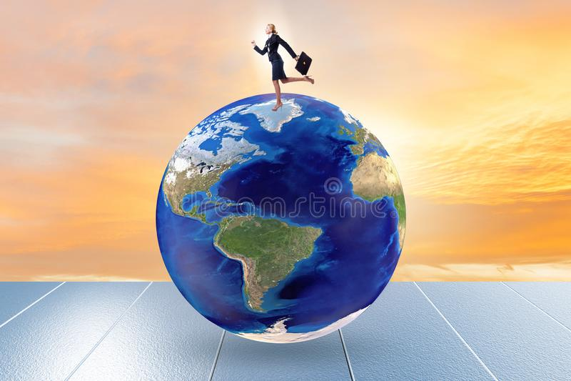 Mulher de negócios no topo do mundo fotos de stock royalty free