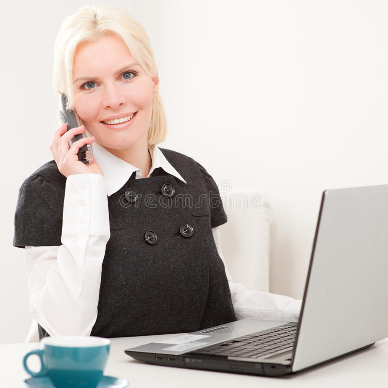 Mulher de negócios no trabalho imagens de stock