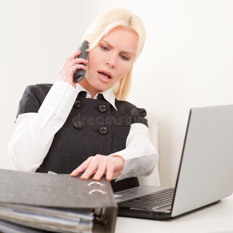Mulher de negócios no trabalho foto de stock royalty free