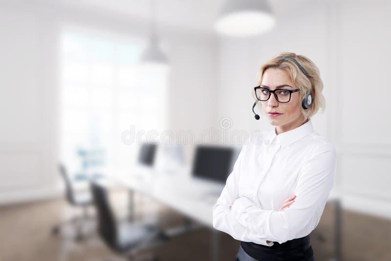 Mulher de negócios nos fones de ouvido fotografia de stock