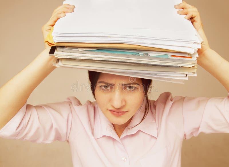 Mulher de negócios nos problemas Trabalho sozinho no escritório com muito foto de stock royalty free