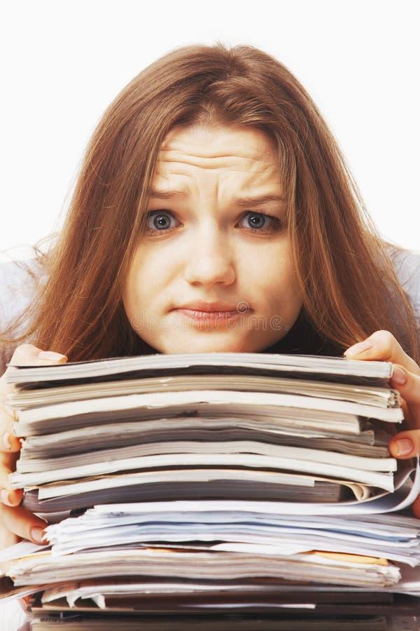 Mulher de negócios nos problemas Trabalho sozinho no escritório com muito imagens de stock royalty free