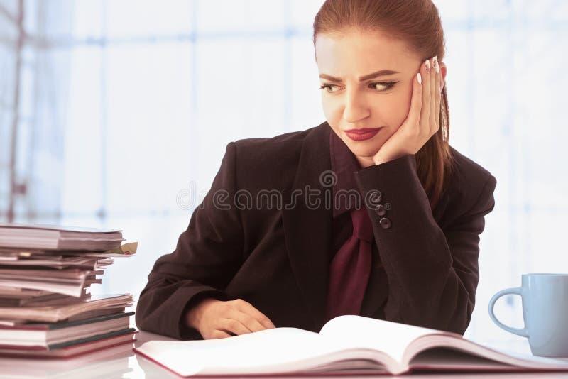 Mulher de negócios nos problemas Trabalho sozinho no escritório com muito imagem de stock