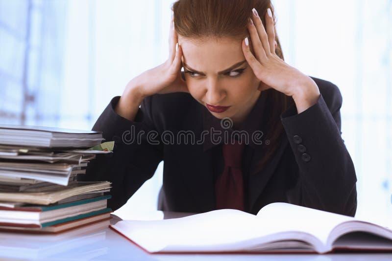 Mulher de negócios nos problemas Trabalho sozinho no escritório com muito fotografia de stock royalty free