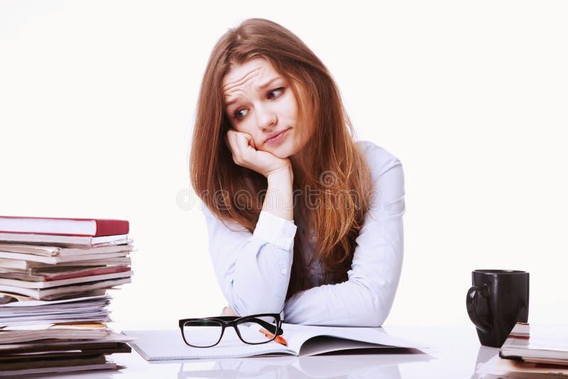 Mulher de negócios nos problemas Trabalho sozinho no escritório com muito fotografia de stock