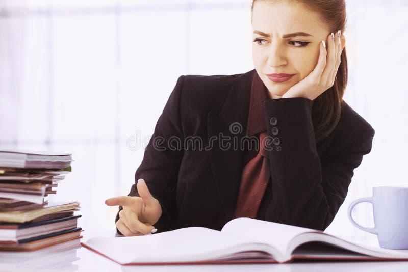 Mulher de negócios nos problemas Trabalho sozinho no escritório com muito imagens de stock