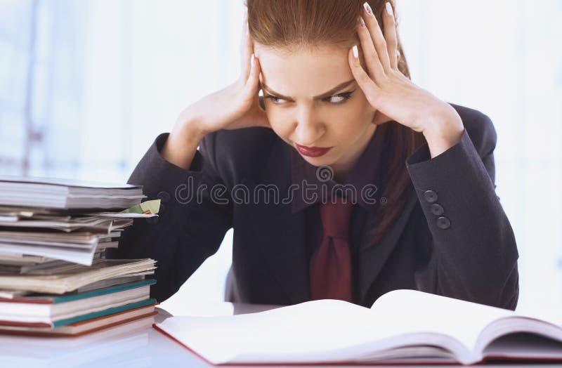 Mulher de negócios nos problemas Trabalho sozinho no escritório com muito imagem de stock royalty free