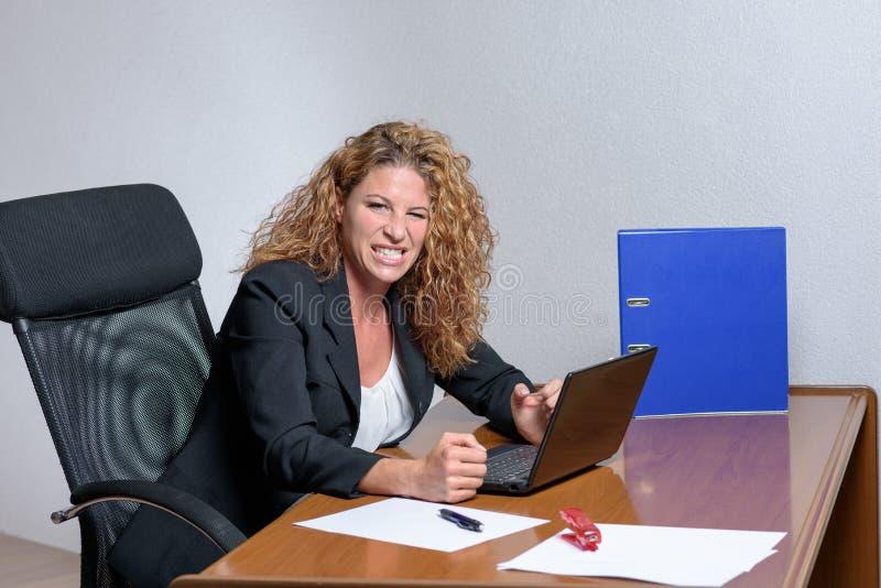 Mulher de negócios nova à moda irritada com uma expressão ácida fotografia de stock royalty free