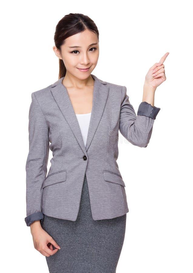 Mulher de negócios nova asiática com ponto do dedo acima fotos de stock
