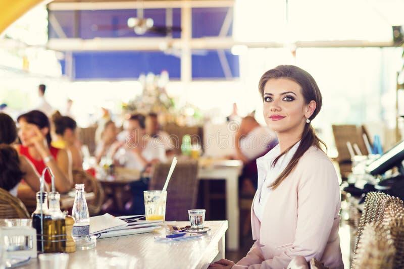 Mulher de negócios nova atrativa fotografia de stock royalty free