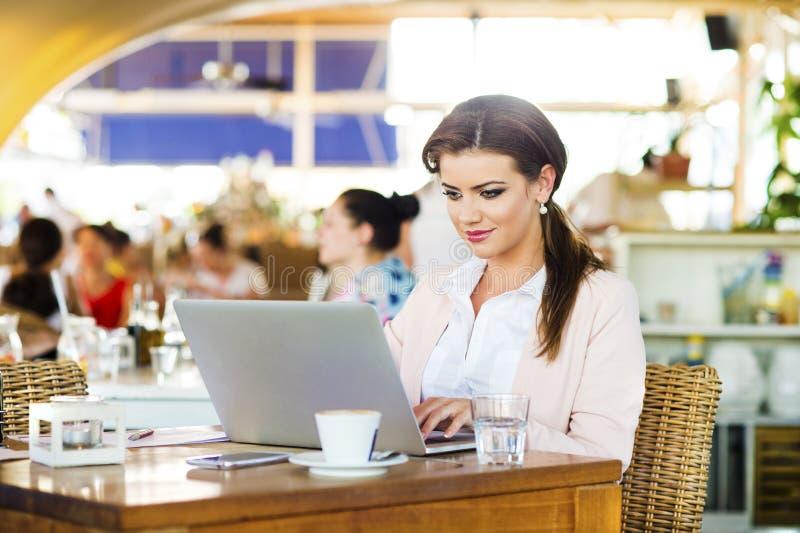 Mulher de negócios nova atrativa imagem de stock royalty free