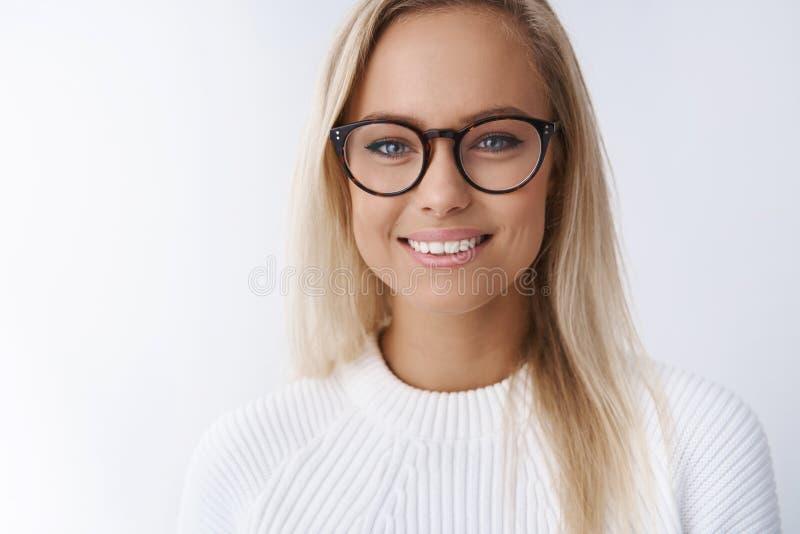 Mulher de negócios nova atrativa elegante no sorriso dos vidros deleitado, satisfeito com o quadro novo do eyewear que olha amigá imagens de stock