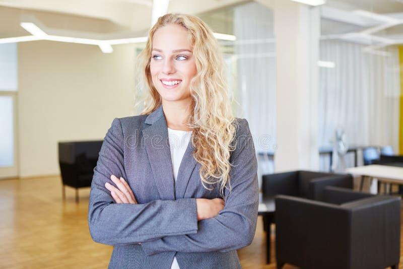 Mulher de negócios nova bem sucedida no trabalho fotos de stock royalty free