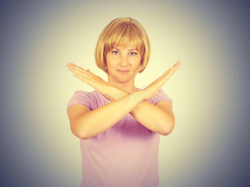 Mulher de negócios nova bonita com mãos cruzadas imagens de stock